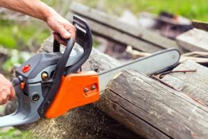 Gewicht, Größe, Lautstärke und die Art des Handgriffes sollten ebenfalls beachtet werden. Sie haben Einfluss darauf, wie gut sich später mit der Akku-Kettensäge arbeiten lässt.