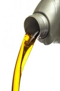 Fließverhalten und Haftkraft haben Einfluss auf die Kettensägenöl-Qualität.